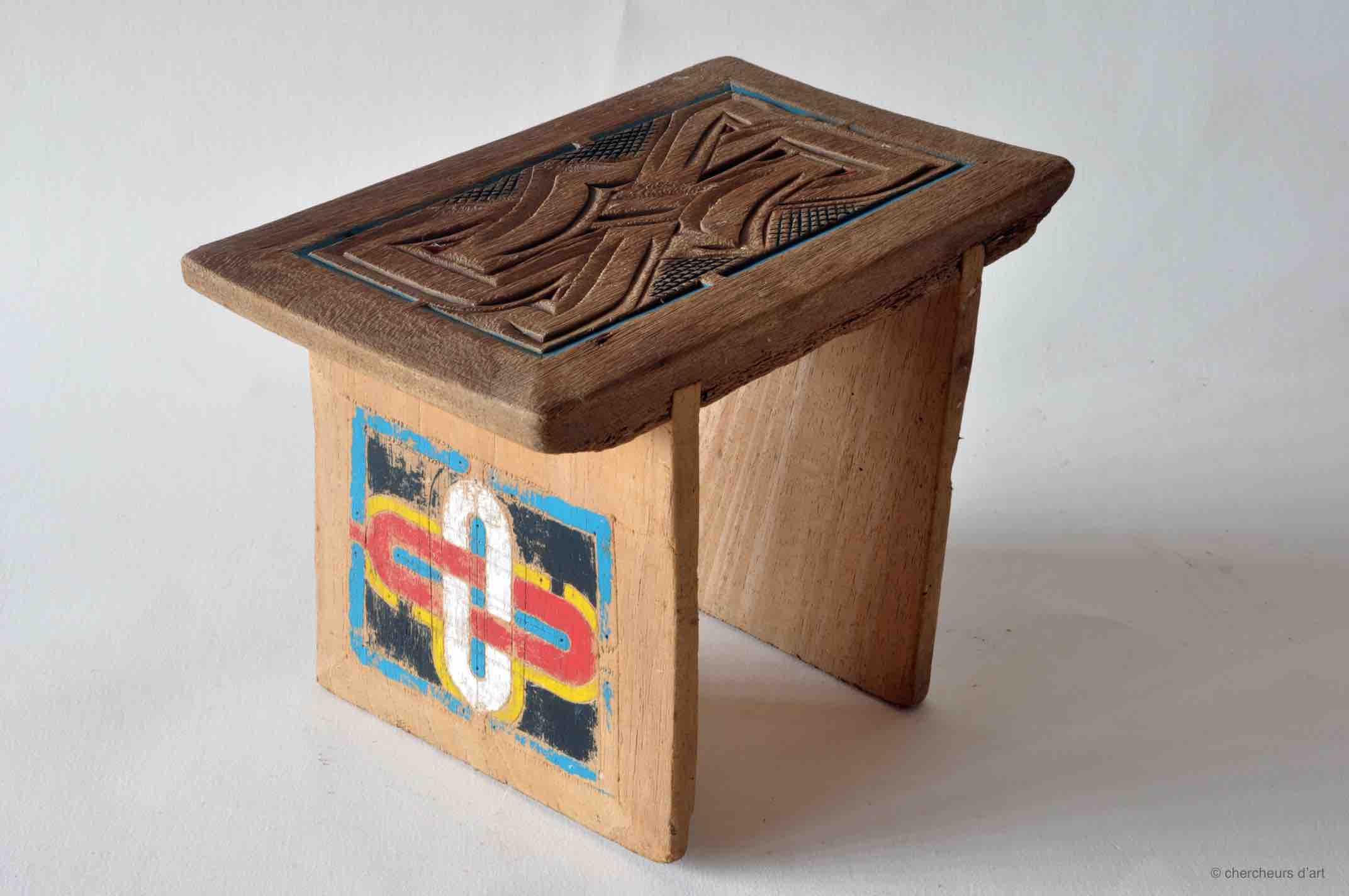 AMOEDANG WANI – BANC / bangi – cèdre, peinture glycéro | (H) 21x19x29 – 1980 > 82 – Tapanahoni, Tabiki – BO 33