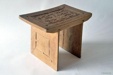 AMOEDANG WANI – BANC / bangi – cèdre, peinture glycéro | (H) 28x24x37 – 1982 > 84 – Tapanahoni, Tabiki – BO 37